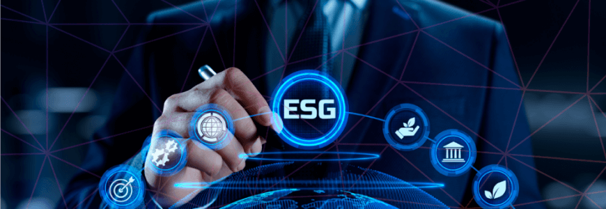 Homem de terno, com caneta na mão, escrevendo em holograma ícones das práticas de ESG
